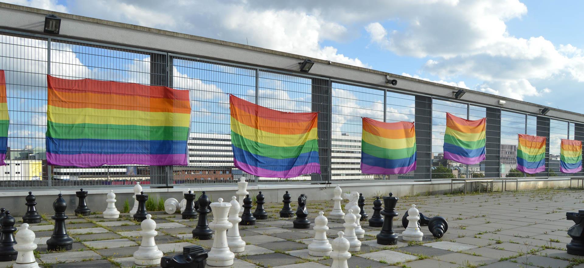 Regenbogen Flaggen auf dem Dachschulhof