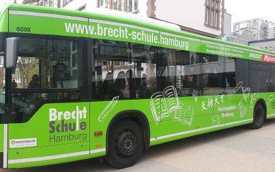 Großer Jubel für den Brecht-Bus!